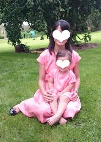 サーモンピンク色のフレアワンピース